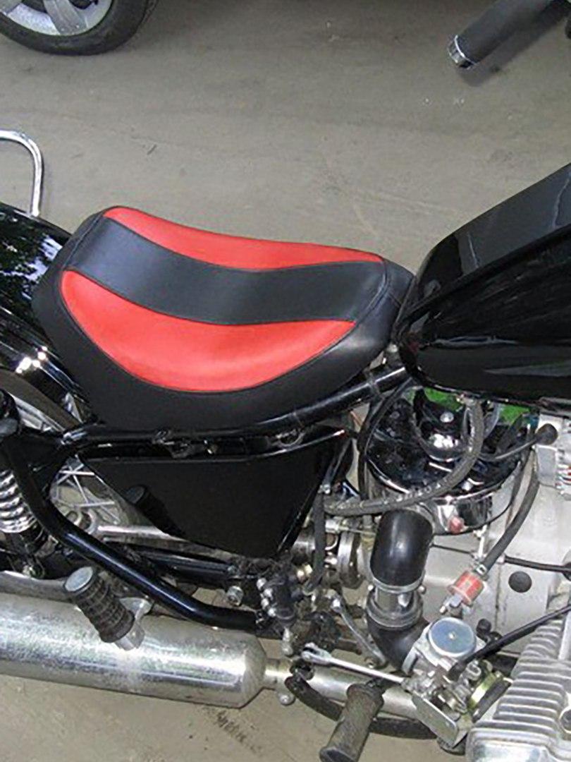 Чёрно-красное мотоседло (сиденье для мотоцикла)