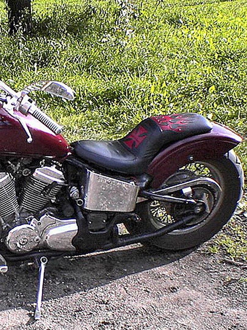 Кожаное сиденье для мотоцикла (мото-седло) с крестом и огнями